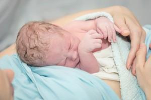 bebe que no puede respirar bien, cuando hacer lavados nasales en el recien nacido y bebes, estornudos en recien nacidos, lavado nasal, nariz del bebé