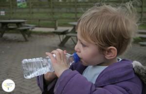 a partir de qué edad agua del grifo en bebes y niños, agua del grifo en bebes y niños, agua embotellada en bebes y niños, agua embotellada para biberones