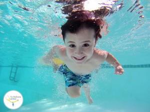 beneficios del agua bebés, beneficios natación niños, cloro piscinas niños, contraindicaciones natación
