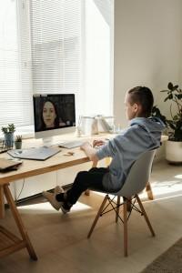 pantallas y trabajo escolar adolescentes