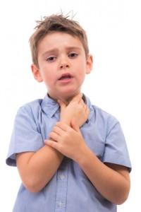 Kleiner Junge mit Halsschmerzen