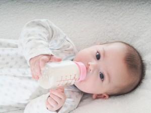 alimentación y nutrición, biberon y caries, caries en dientes de leche, como prevenir la caries en los dientes de leche, cuando empezar a limpiar los dientes en niños, cuidador para evitar las caries en bebes y niños, las caries en dientes de leche se tienen que tratar