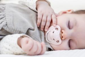 chupete bueno o malo para los niños, hace falta el chupete, Sueño del niño, sueño del niño con chupete, uso del chupete y lactancia materna, ventajas y riesgos del chupete, verdades y mentiras del chupete