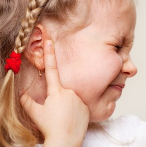 dolor de oído, dolor de oido tras baños en piscinas, infección de oido en bebes y niños, oido tapado en niños, otitis en niños y bebes, perdida de audición en niños, problemas de oido en los bebes y niños