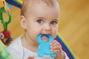 salida dientes en niños y bebes, dolor de dientes en bebes, mordedor para bebes, remedios caseros para bebes, salida de primeros dientes en bebes